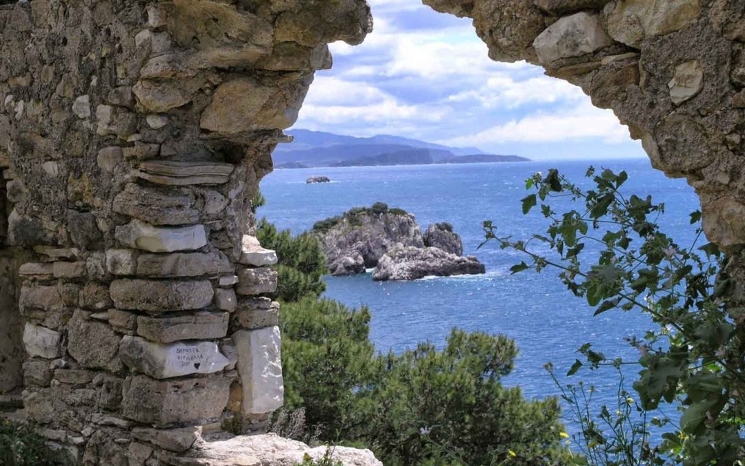 Επιβλητικά κάστρα με θέα το απέραντο γαλάζιο